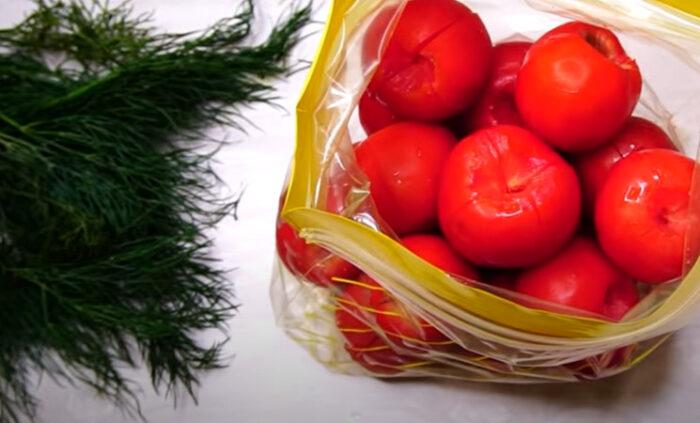 Малосольные помидоры с чесноком и зеленью — рецепты в пакете