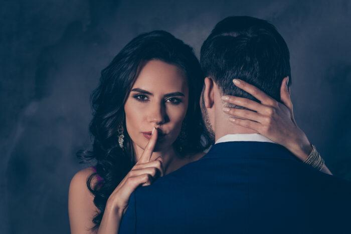 Как ведет себя привороженный мужчина с той, которая приворожила